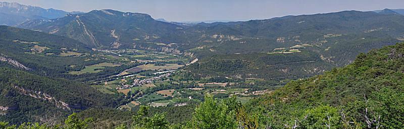 Vue de Sainte-Croix et Pontaix depuis la crête de Ramiat. Cliquez sur l'image pour visualiser chaque détail au moyen de la souris.